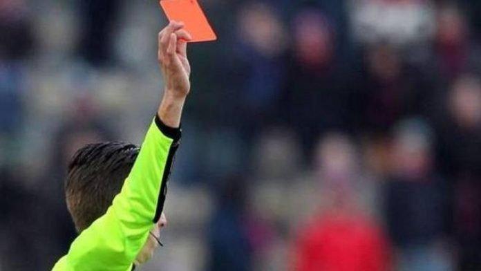 Arbitro cartellino rosso - simbolo degli squalificati