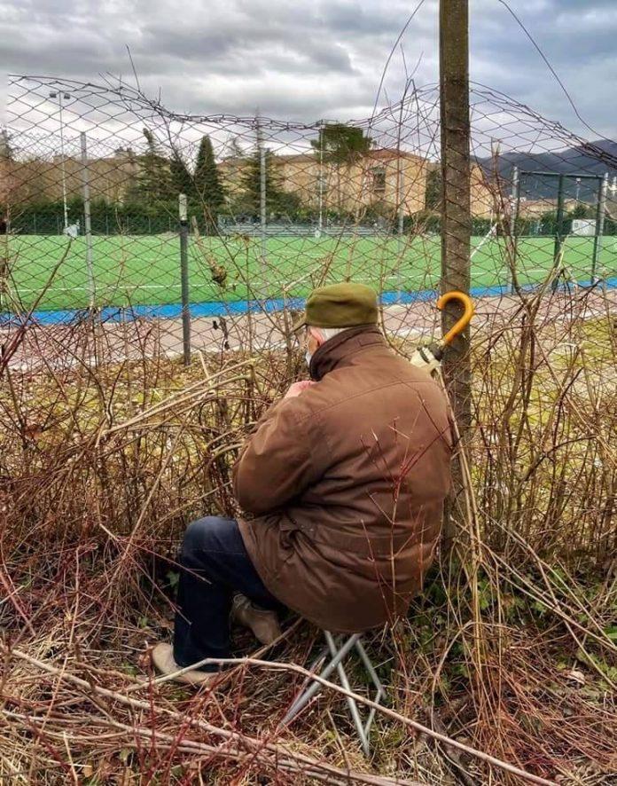 Un tifoso del Rieti guarda la sua squadra... come può