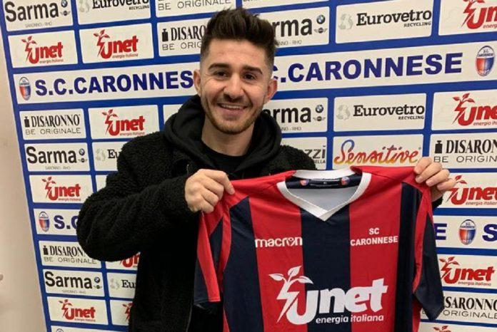 Flavio Becerri posa con la maglia della Caronnese